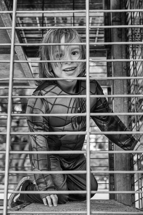 Foto - Kind zwart wit speeltuin